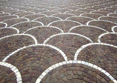 Bild von verlegten Pflastersteine im Bogenmuster